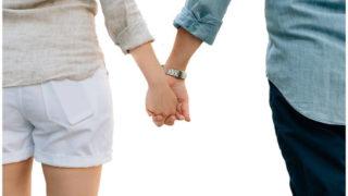 手をつないでいる恋人