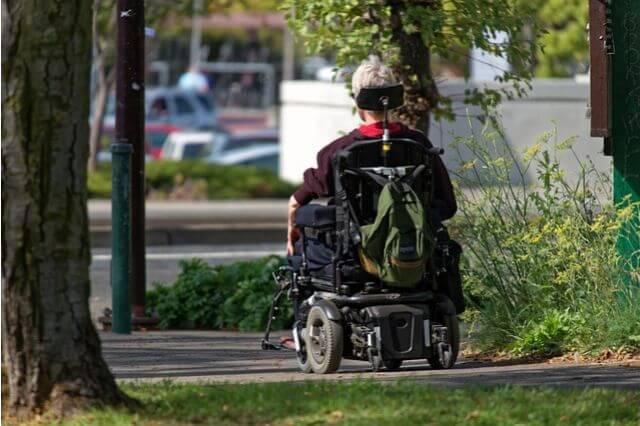 車椅子の老婦人