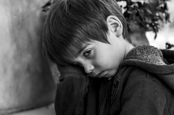 悲しんでいる少年