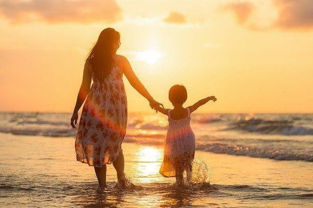 海岸で手を繋ぐ親子